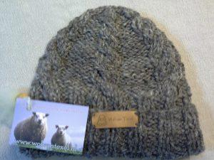 Muts van hand gesponnen wol van het Blauwe Texelaar schaap ( midden grijs).